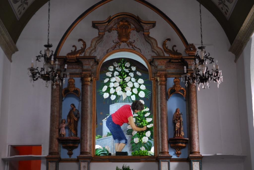 Der Altar wir fürs Fest geschmückt