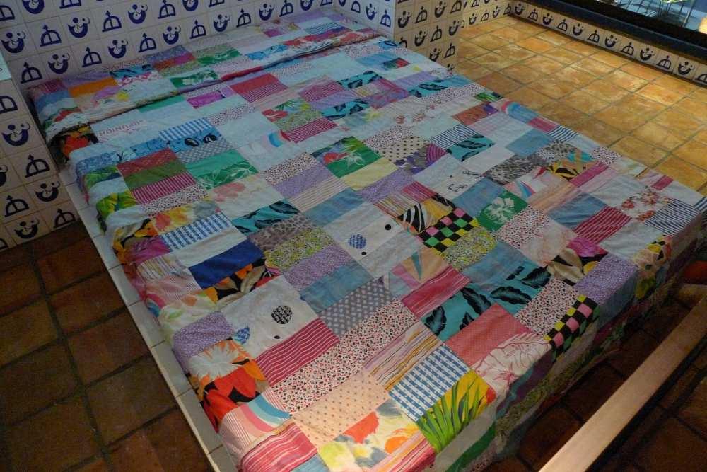 Das Gästezimmer mit erstaunlich modernen Quilt