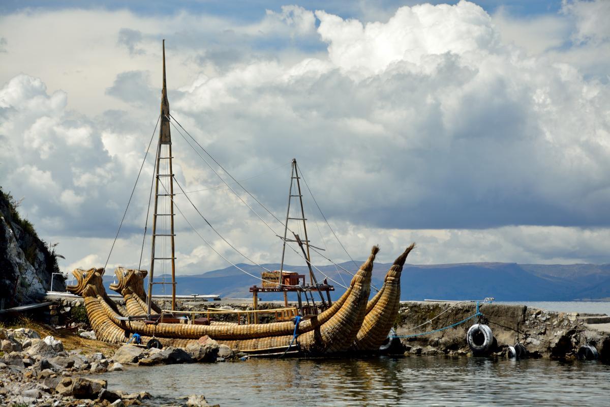 Nachbau eines Inka-Bootes. Vielleicht kann man demnächst auch damit segeln.