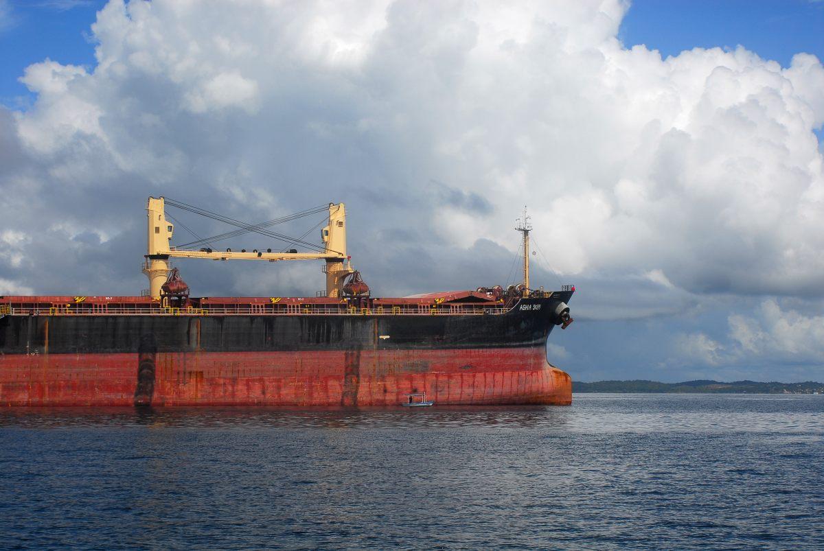 Fischerboot vor Containerschiff