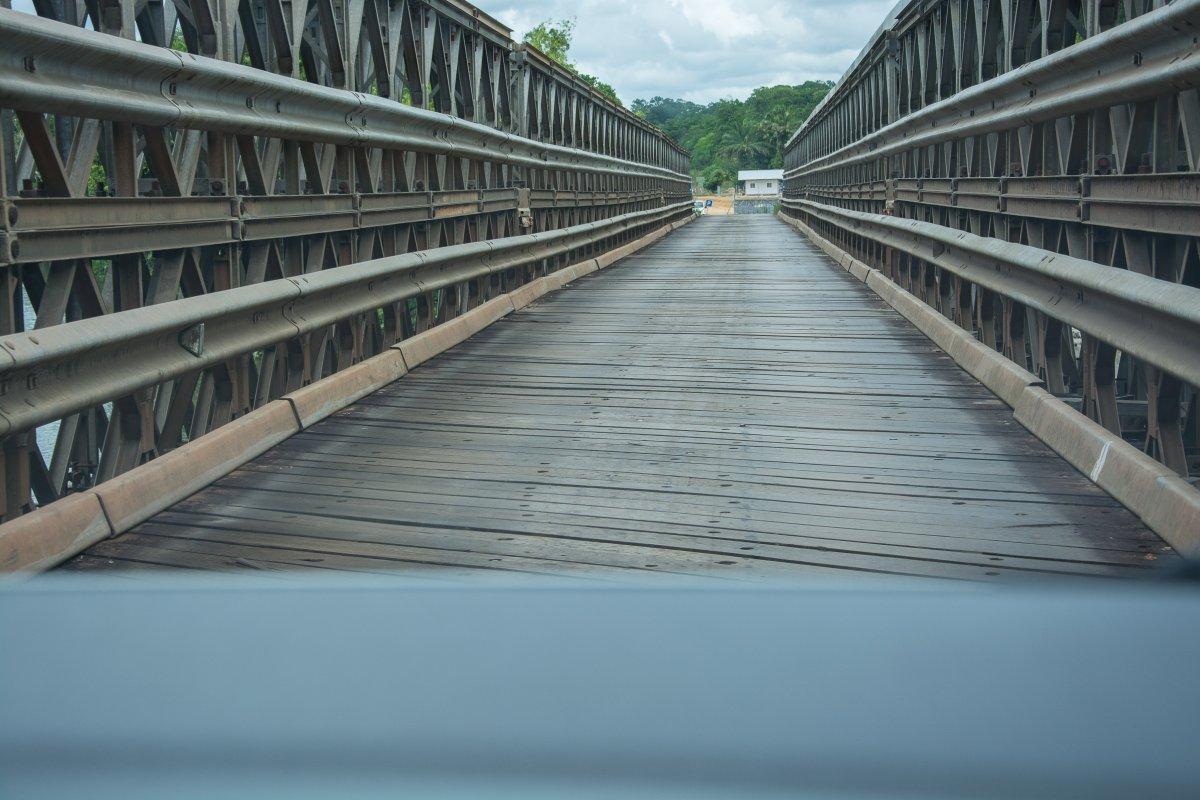 Nach Cacao führt eine der interessanteren Brücken