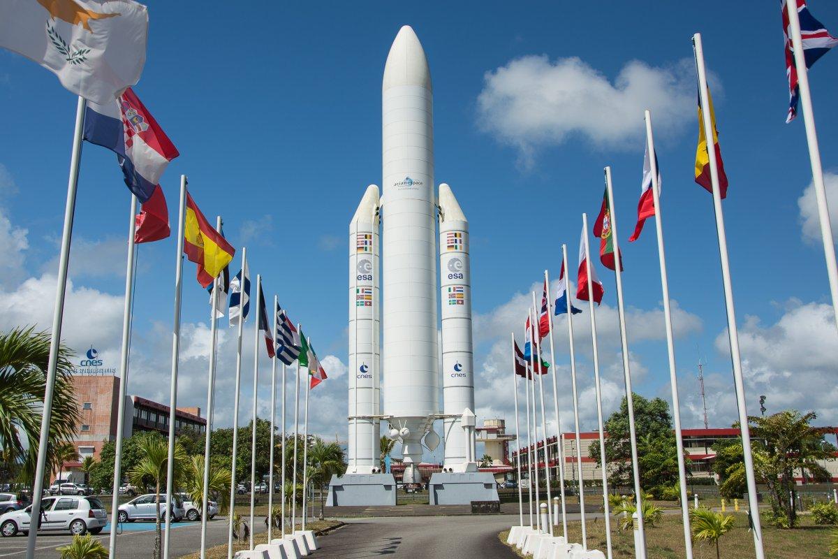 Ein Modell der Ariane 5 begrüßt uns vor dem Eingang zum CSG - Weltraumbahnhof Kourou