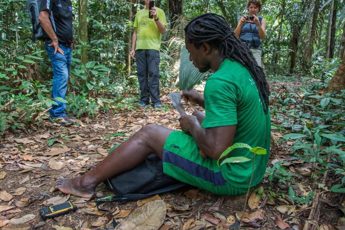 Er ruft Vögel auf der Machete mit einem Blattstengel - und seine Freundin mit dem Handy