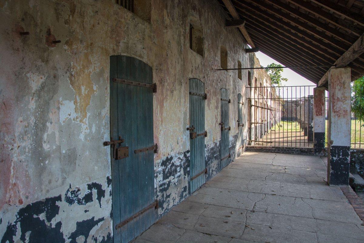 Camp de la Transportation - die Wand ist geschwärzt, damit sich ja keiner dran anlehnt